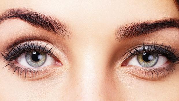 So bringen Sie Ihre Augenbrauen in Form